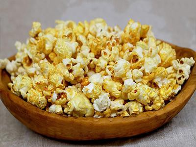 cats-eat-popcorn