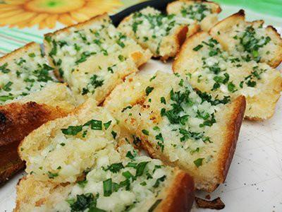 dogs-eat-garlic-or-garlic-bread